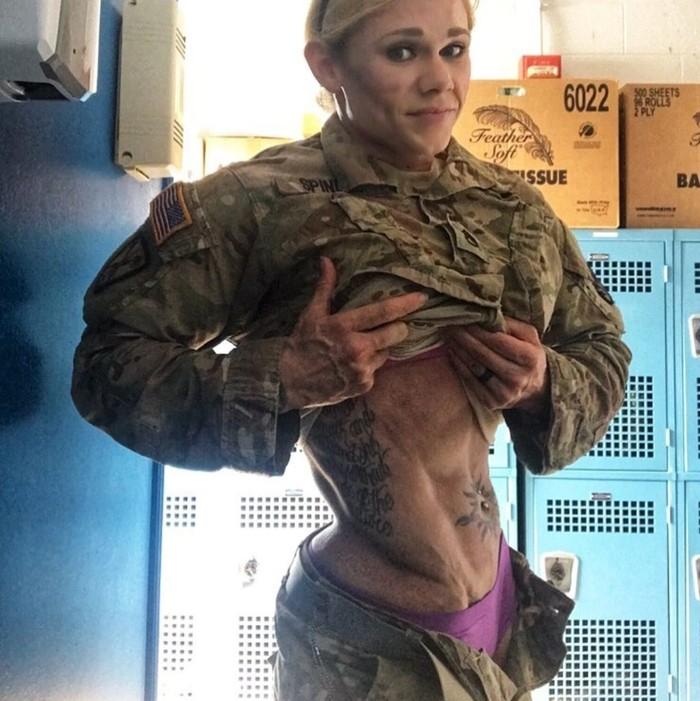 Kalau bertemu tentara seperti Cammie di medan perang, apa yang akan kamu lakukan? (Foto: Instagram/camcamleal)