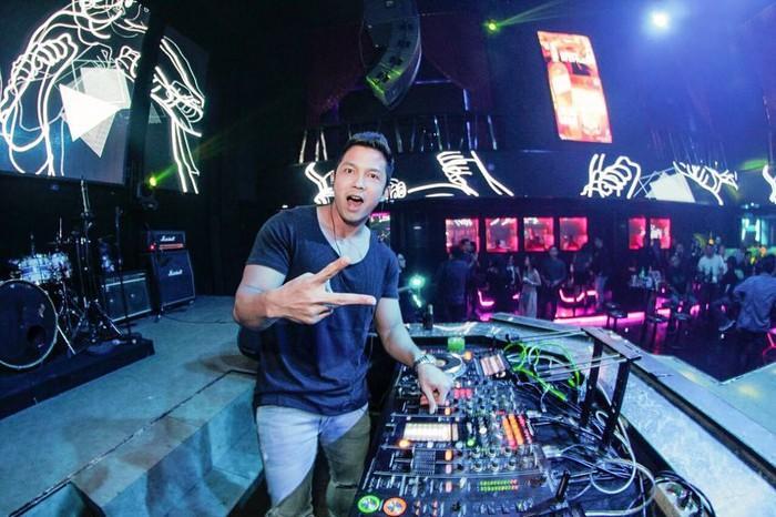 Hampir semua bidang Nikki geluti, termasuk menjadi seorang DJ (disc jockey). Foto: Instagram @nikki_fz