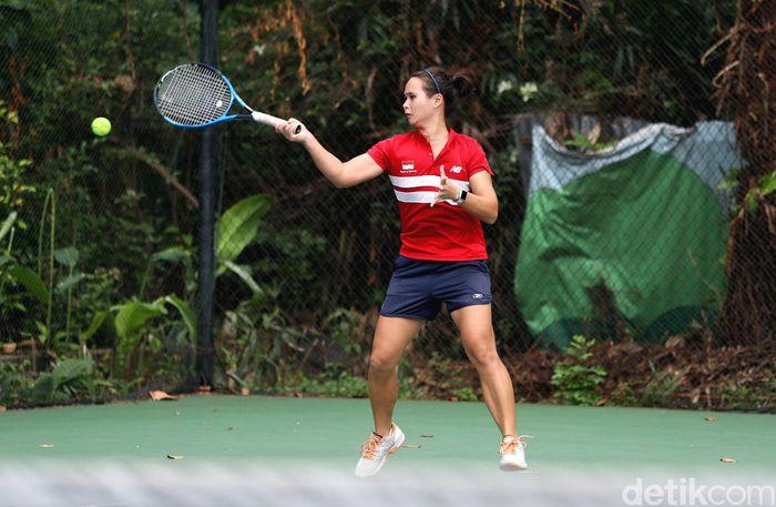 Para atlet tenis melakukan latihan di lapangan tenis Hotel Sultan, Jakarta, Kamis (26/4/2018).