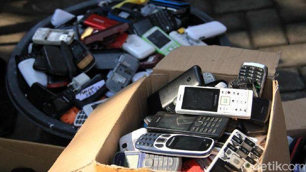 Ratusan HP dimusnahkan hasil sitaan napi se-Jatim/