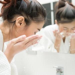5 Pembersih Muka untuk Kamu yang Sering Jerawatan Karena Makeup Tebal