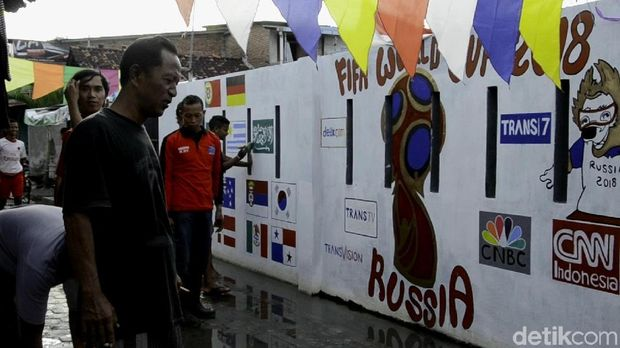 Tembok-tembok dihias bendera peserta Piala Dunia