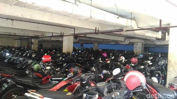 Parkir Blok G Tanah Abang, Jumat (27/4/2018)