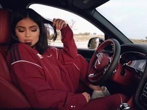 Kylie Jenner Tunjukan Keahlian Memasak Sup Matzo di Instagram