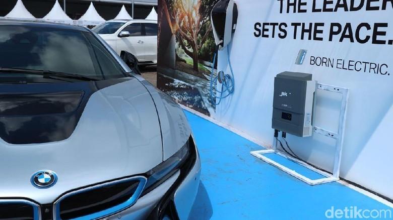 Mobil listrik BMW i8 (Foto: Dina Rayanti)