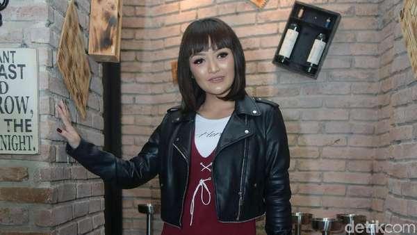 Penampilan Baru Siti Badriah, Makin Seksi?