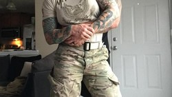 Cammie Lynne Leal (34) adalah seorang tentara wanita asal Amerika Serikat. Dirinya tampak mencolok karena memiliki tubuh yang kekar berotot.