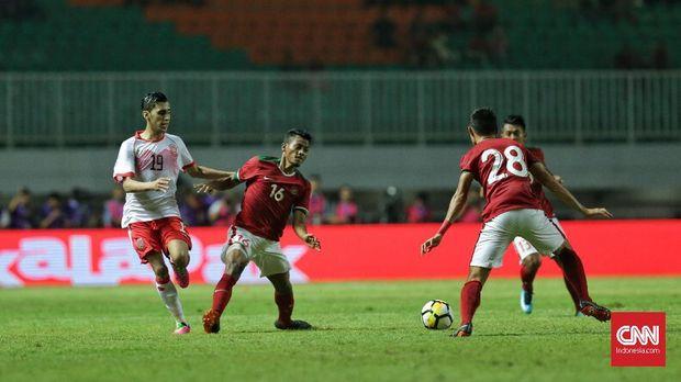 Timnas Indonesia lebih banyak menunggu serangan Uzbekistan dengan sesekali melakukan serangan balik. (
