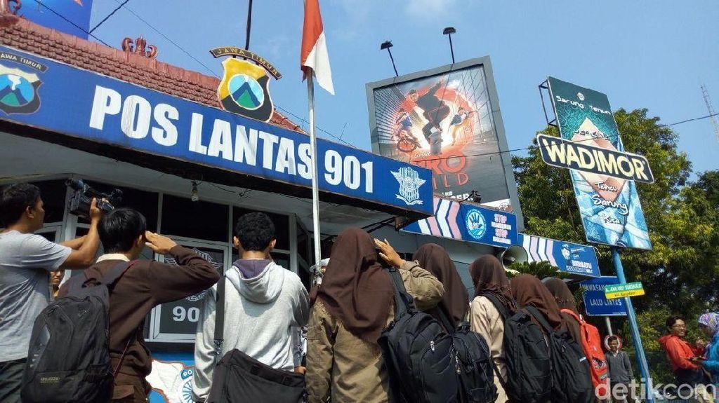 Kena Razia, Pelajar Ponorogo Malah Senang Dihukum Hormat Bendera
