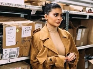Bikin Iri, Kylie Jenner Hadiahi Fans Tas Louis Vuitton Rp 30 Juta