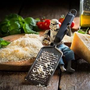 Intip Aksi Eric, Stormtrooper Imut yang Lagi Belanja Sayuran dan Minum Jus Buah