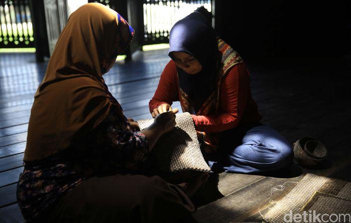 Perajin Sovenir sedang memproduksi tas anyaman dari limbah kayu di Desa Wisata Sungai Wain Balikpapan.