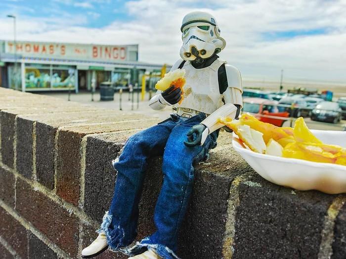 Terkenal melalui serial populer Star Wars, karakter Stormtrooper identik dengan robot berwarna putih yang melindungi Galactic Empire. Tapi di tangan fotografer ini, figur Stormtrooper berubah jadi sosok pria bernama Eric yang suka makan dan belanja sayuran. Foto: Instagram @darryljones