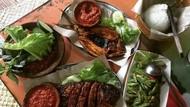 Yuk, Bersantai Sambil Makan Bersama Keluarga di 5 Restoran Lesehan Ini