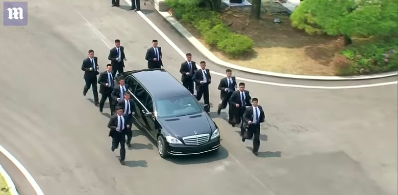 Pengawalan ketat mobil Kim Jong-Un. Foto: Screenshot Youtube Daily Mail