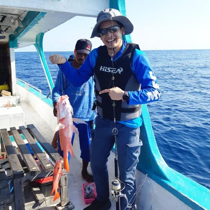 Punya hobi memancing. Kali ini Dimas Seto membawakan sang istri ikan berukuran agak besar hasil pancingannya di laut. Wah enaknya dimasak apa ya? Foto: Instagram @dimasseto_1