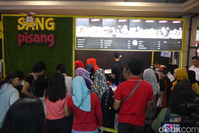 Gerai yang baru dibuka di Bogor, kemarin (28/4) ini merupakan cabang ke 17 Sang Pisang. Warga Bogor kini bisa menikmati manis legit nugget pisang besutan anak presiden. Foto: Solihin Farhan/detikcom