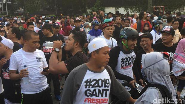 Sejumlah masyarakat mengenakan kaus #2019GantiPresiden
