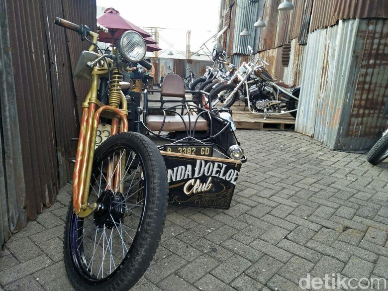 mobil dan motor yang terbuat dari barang bekas kreasi Bingky. Foto: Ruly Kurniawan