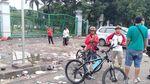 Foto: Sampah Sisa Acara Sembako di Monas Masih Dibersihkan