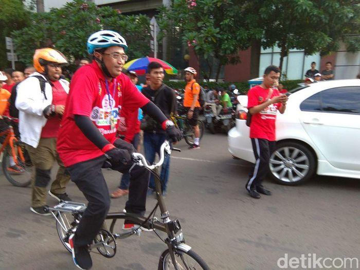 Budi Karya sendiri tiba di lokasi sekitar pukul 06.30 WIB. Dia mengenakan kaus merah dan celana training panjang serta sepatu olahraga. Tak lupa helm pelindung kepala dia kenakan untuk menunjang keselamatan, sarung tangan hitam, dan aksesoris lainnya. Foto: Trio Hamdani