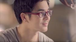 Suppakorn Chaiyo, bintang iklan sebuah produk gula rendah kalori ini, aslinya tidak berkacamata. Dilihat dari akun media sosialnya, ia bahkan rajin workout.