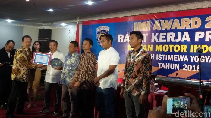 Pemberian award dalam acara Rapat Kerja IMI DIY 2018 (Foto: Edzan Raharjo/detikSport)