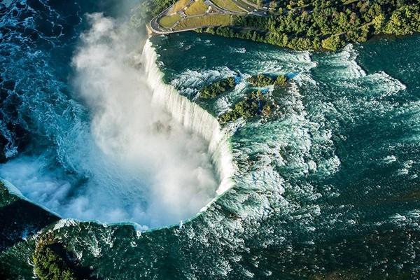 Tinggi air terjun Niagara adalah 51 meter, namun cukup luas dan aliran air yang deras (Niagara Falls State Park)