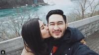 Ciuman Syahnaz di pipi Jeje saat menikmati pagi di Ontario, Kanada. Dok. Instagram/ritchieismail