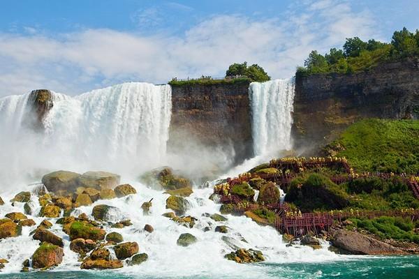 Tidak jarang, turis berfoto di depannya memakai jas hujan karena cipratan air dari aliran yang deras (Niagara Falls State Park)