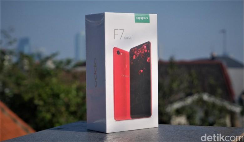 Ponsel Oppo F7 128 GB DiamondBlack mulai dipasarkan 24 April lalu. Foto: Adi Fida Rahman/detikINET