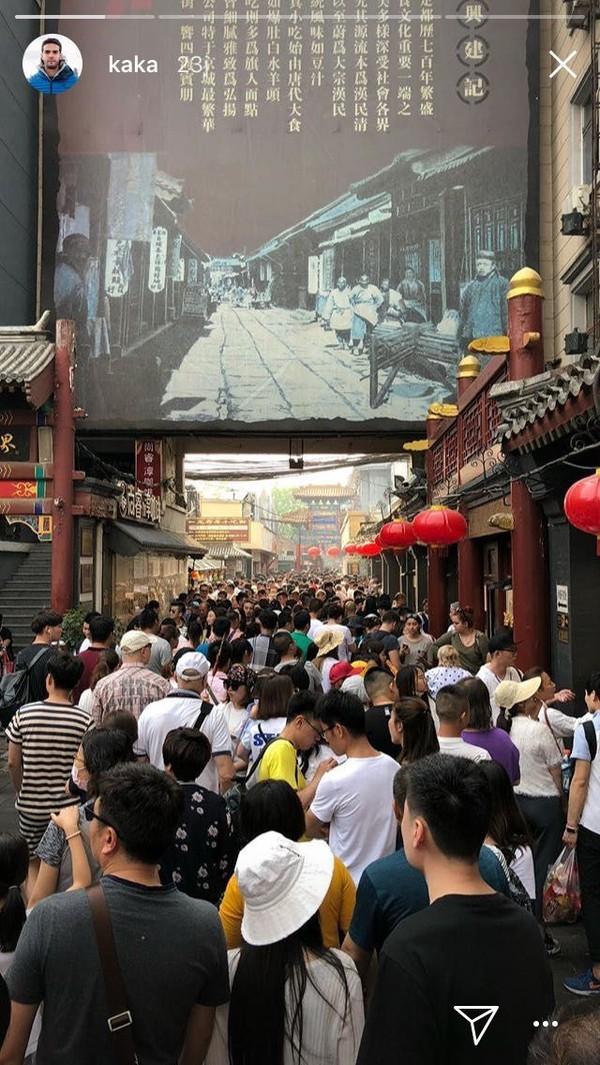 Wangfujing Street di daerah Dongcheng, Beijing. Di lokasi itu terdapat kuliner ekstrem seperti sate kalajengking dan sate bintang laut yang bisa ditemui ketika hari sudah petang (Kaka/Instagram)