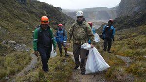 Sampah Jadi Masalah di Puncak Gunung Tertinggi Indonesia