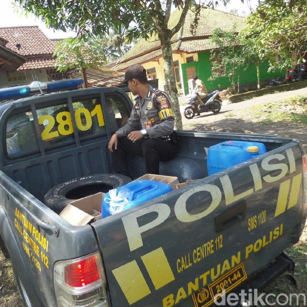 Video: Ibu Penjual Miras Nangis saat Tokonya Digerebek Polisi