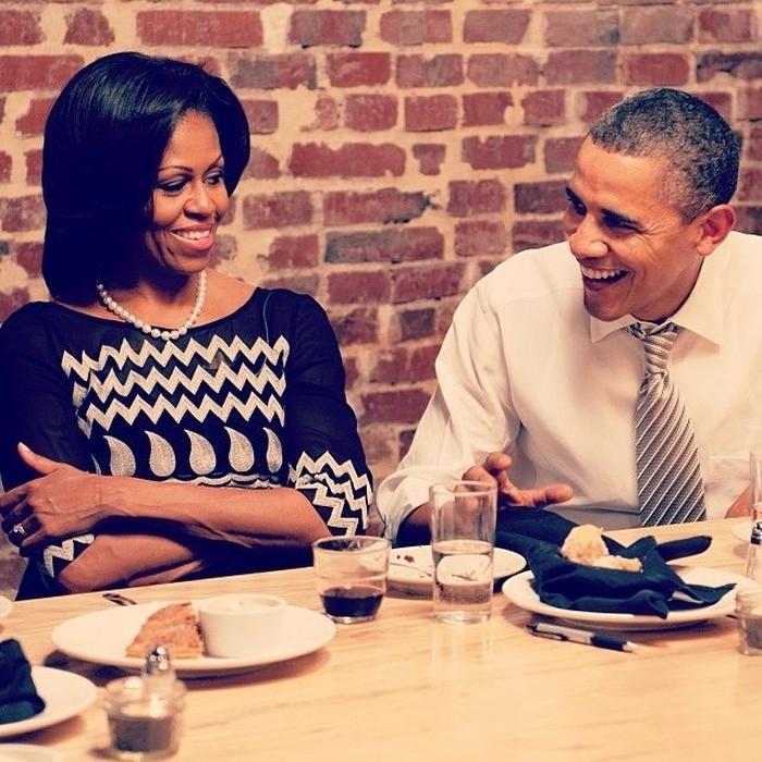 Makan bersama sang istri, Michelle Obama keduanya terlihat selalu romantis. Kali ini ia merayakan ulang tahun istri tercinta sambil menikmati makanan enak. Foto: Instagram @barackobama