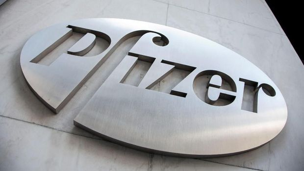 FILE PHOTO: The Pfizer logo is seen at their world headquarters in New York April 28, 2014.  REUTERS/Andrew Kelly/File Photo                            GLOBAL BUSINESS WEEK AHEAD