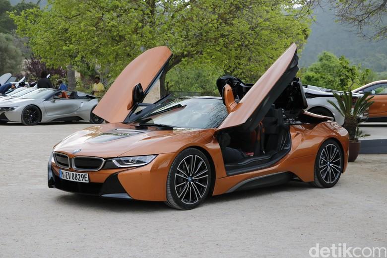 BMW i8 Roadster, mobil listrik atap terbuka, pintunya seperti kupu-kupu. Foto: Dadan Kuswaraharja