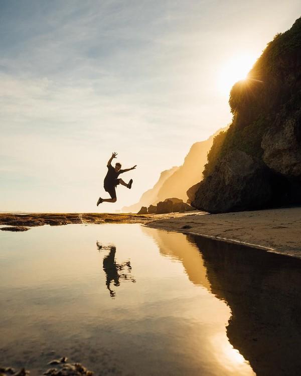 Pria ini mengunggah sejumlah foto-fotonya di pantai ke akun Instagram (martingarrix/Instagram)