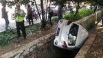 Foto: Mobil Terperosok di Jakbar yang Dikemudikan Baby Sitter