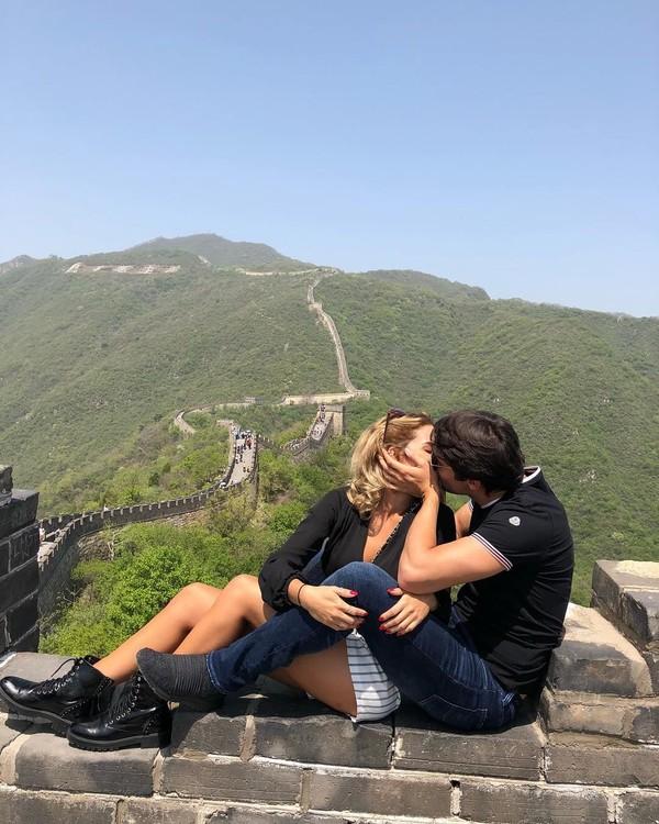 Mblo, jangan baper melihatnya ya! Keromantisan Kaka dan istri di Tembok Besar China (Kaka/Instagram)