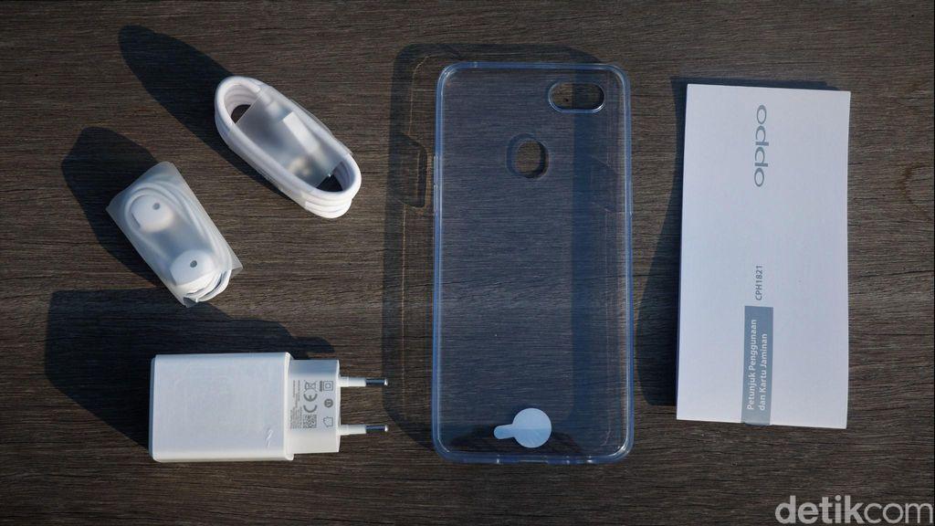 Aksesori yang disertakan dalam paket penjualan. Ada charger, kabel data, earphone, silicon case, kartu petunjuk dan garansi. Foto: Adi Fida Rahman/detikINET