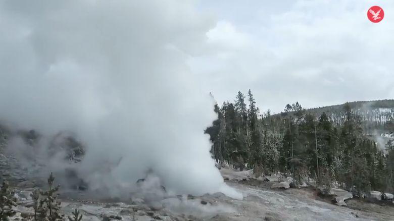 geiser di yellowstone national park amerika serikat erupsi