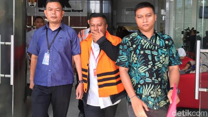 Bupati Mojokerto Mustofa Kamal Pasa mengenakan rompi oranye saat ditahan KPK, Senin (30/4/2018) Foto: Nur Indah Fatmawati/detikcom