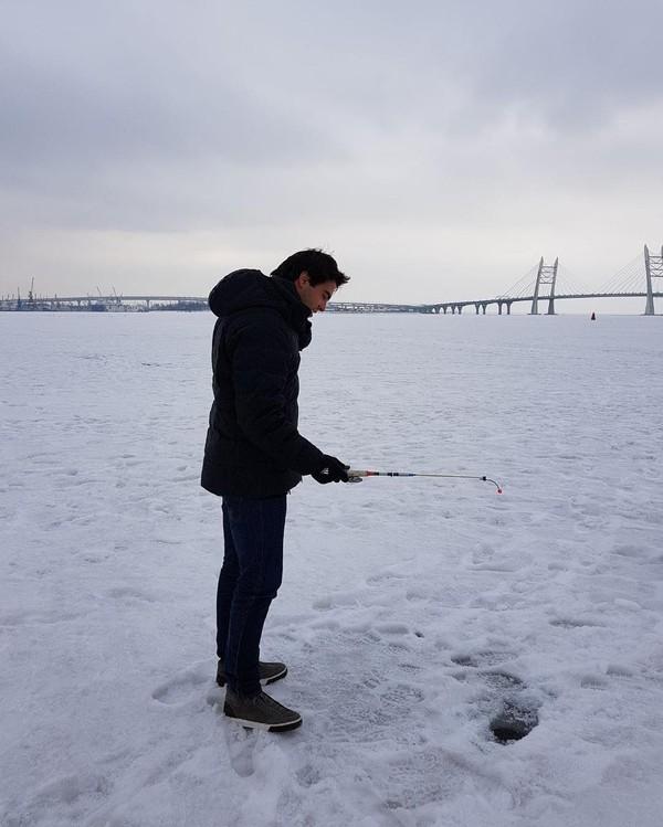 Kalau yang ini si Kaka sedang asyik berkegiatan seperti warga lokal. Apa itu? Memancing di sungai yang sedang beku di Golfo Di Finlandia (Kaka/Instagram)