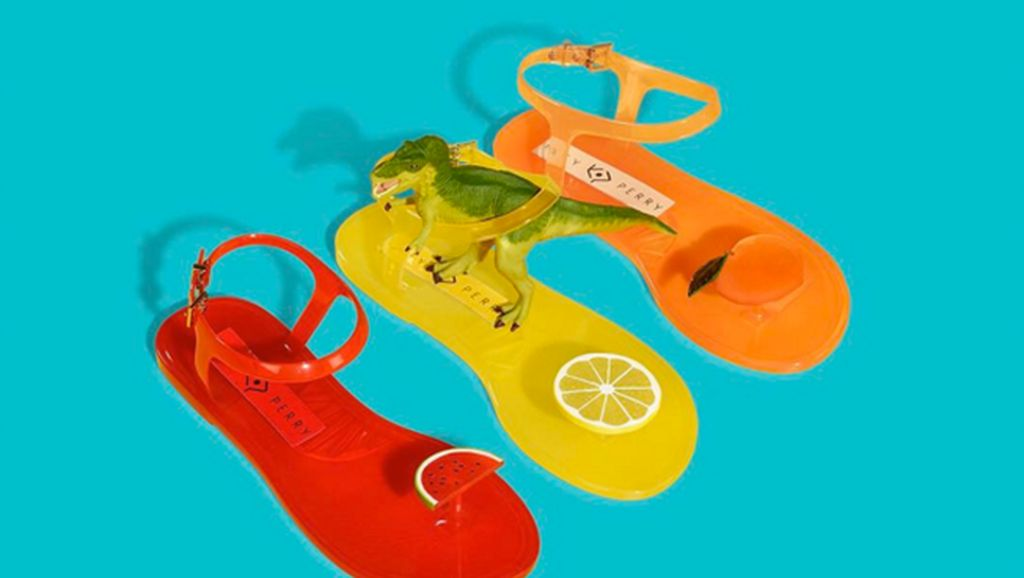 Katy Perry Rilis Koleksi Sandal Jelly Beraroma Lemon Hingga Peach