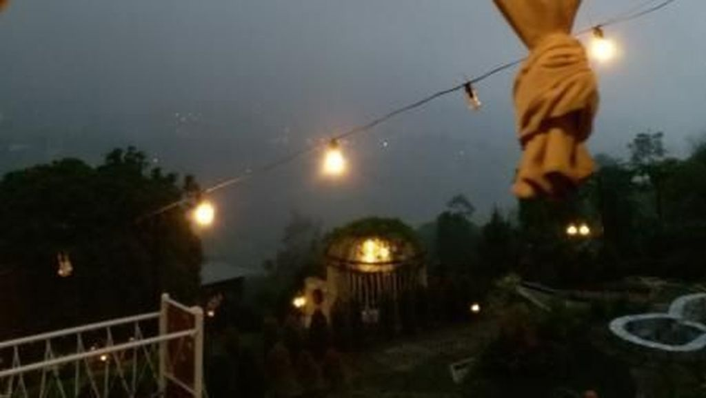 Menikmati Malam Berkabut di ketinggian Bandung