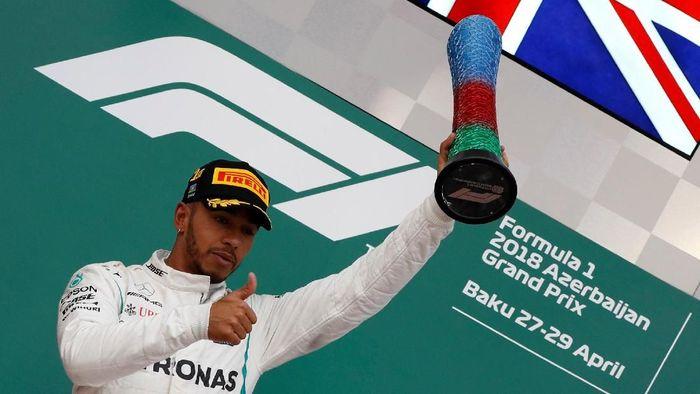 Lewis Hamilton di podium GP Azerbaijan (Foto: David Mdzinarishvili/Reuters)