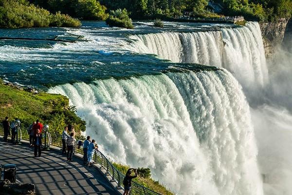 Di saat-saat tertentu, traveler bisa melihat pemandangan air terjun niagara dan pelangi yang menghiasinya (Niagara Falls State Park)