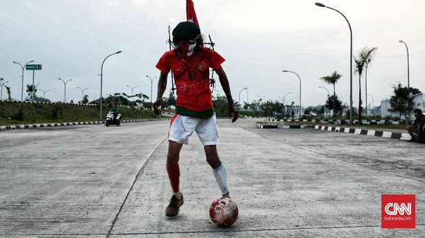 Kurniawan sengaja menggunakan berbagai atribut untuk mendukung Timnas Indonesia.