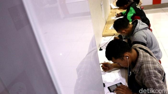 Hari terakhir registrasi kartu prabayar membuat outlet Grapari Jl. M I Ridwan Rais, Jakarta Pusat. Senin (30/4/2018) dipadati warga. Dari WNI sampai WNA mereka berbondong bondong menyelamatkan kartu prabayarnya dari ancaman blokir. Beberapa dari mereka bahkan sudah terblokir, dan datang untuk mengurusnya agar aktif kembali. Mereka datang dengan menyiapkan KK dan KTP untuk mengurus registrasi kartu prabayar.